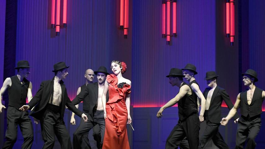"""""""Man nennt mich nur La Bella Tangolita, La Tangolita von Santa Fe. Man sagt zu mir o Bella Tangolita, ich glüh vor Liebe, wenn ich dich seh'"""" — mit diesem tiefsinnigen Song stellt sich Andromahi Raptis als Operettendarstellerin in Paul Abrahams """"Ball im Savoy"""" vor. Die Herrenwelt ist allerdings offensichtlich nicht nur von ihren Gesangskünsten fasziniert . . ."""