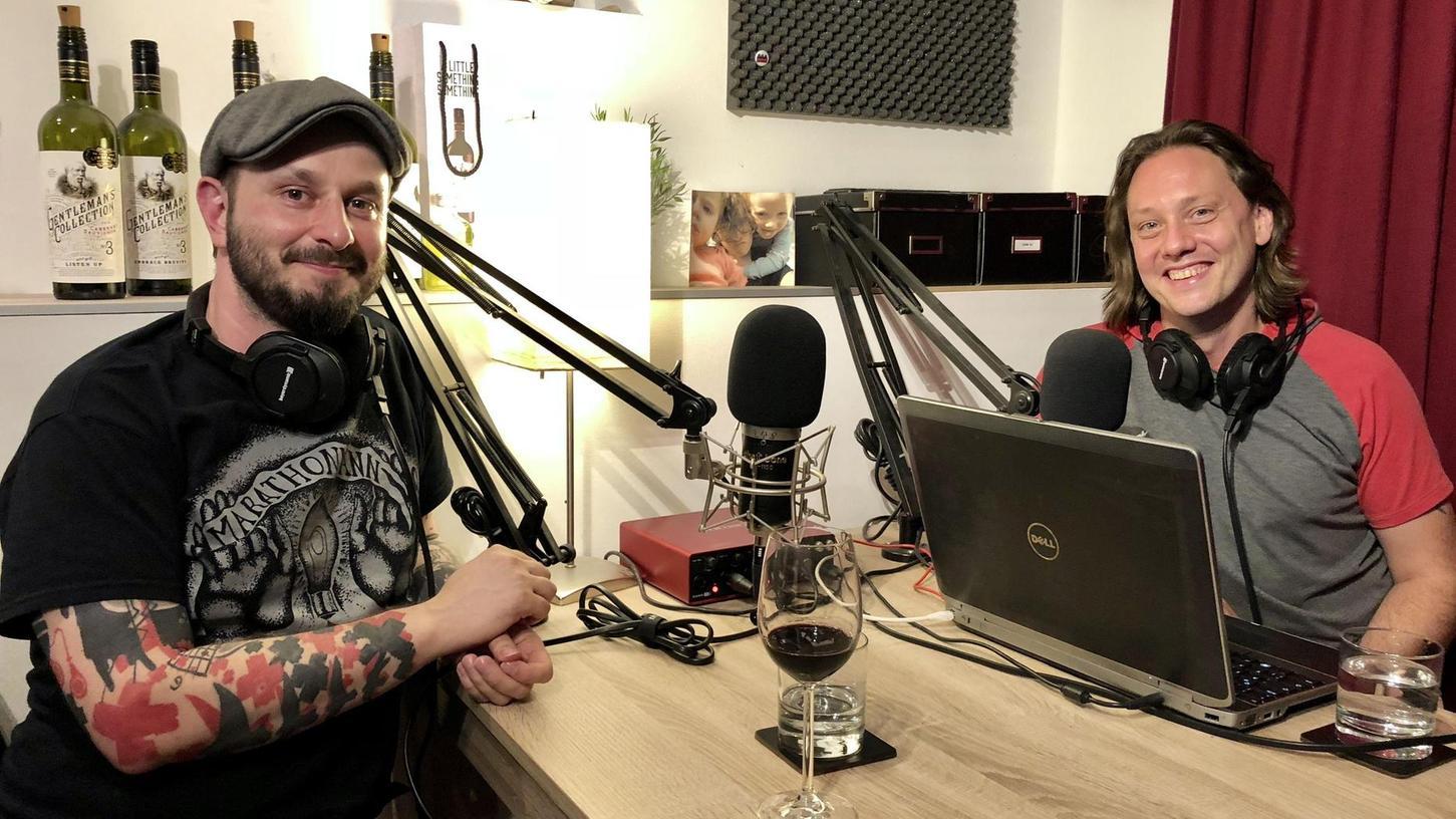 """Über alles Mögliche reden Andreas Preller (links) und Dirk Irler in ihrem Podcast """"Das alles"""", den sie im heimischen Keller aufnehmen."""