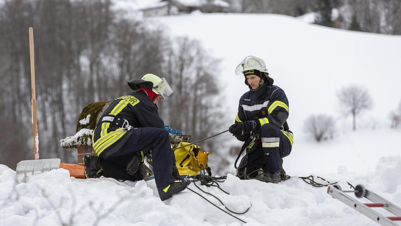 Die Arbeit in luftiger Höhe, auf den von Schneemassen bedeckten Dächern, ist nicht ungefährlich. Jeder Helfer muss gut gesichert sein.