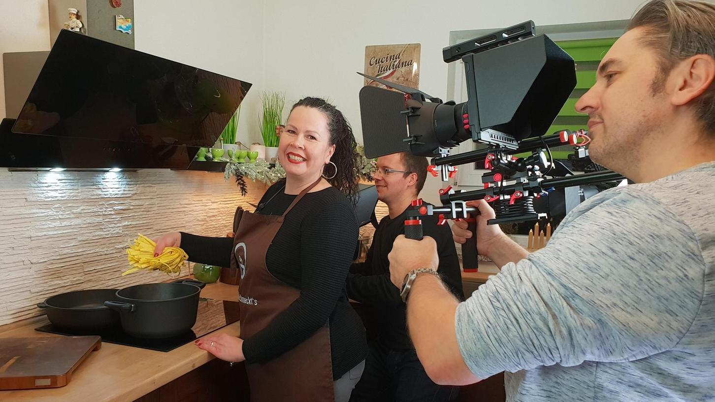 Juana Hubl zeigt gut gelaunt ihre Kochkünste im Internet. Ehemann Peter filmt sie dabei in der heimischen Küche in Langenzenn.