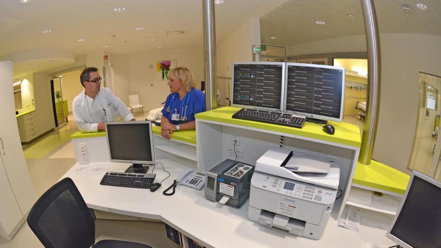 Nicht immer geht es in der Notaufnahme des Fürther Klinikums so entspannt zu, wie auf diesem Bild. Immer öfter müssen sich Ärzte und Pflegepersonal mit renitenten Patienten auseinandersetzen.