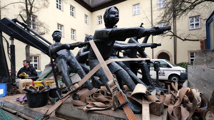 ... der Schusterbrunnen des kürzlich verstorbenen Künstlers Theo Steinbrenner vorübergehend weichen.
