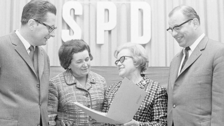Davon träumen die Frauen: gleichstark in den Parlamenten vertreten zu sein wie die Männer. Gesundheitsminister Käte Strobel (2. v. r.) und Landtagsabgeordnete Gerda Laufer demonstrieren es hier mit OBM Dr. Vogel (li.) und Landesvorsitzendem Gabert.  Hier geht es zum Kalenderblatt vom 20. Januar 1969: Frauen sollen Rolle in Politik spielen.