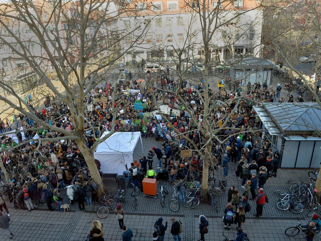 Erlangen: Kundgebung Friday For Future am Hugenottenplatz. Mehrere hundert Schüler sprachen sich für eine Änderung der Klimapolitik aus. 18.01.2019. Foto: Harald Sippel
