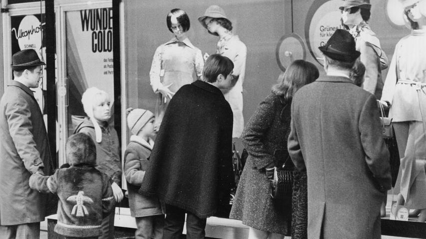 Was es wohl günstiger gibt? Ob Mann oder Frau, ob groß oder klein — die Neugierde auf den Wintschlussverkauf war groß. Hier geht es zum Kalenderblatt vom 21. Januar 1969:Die Geschäfte sind gerüstet .