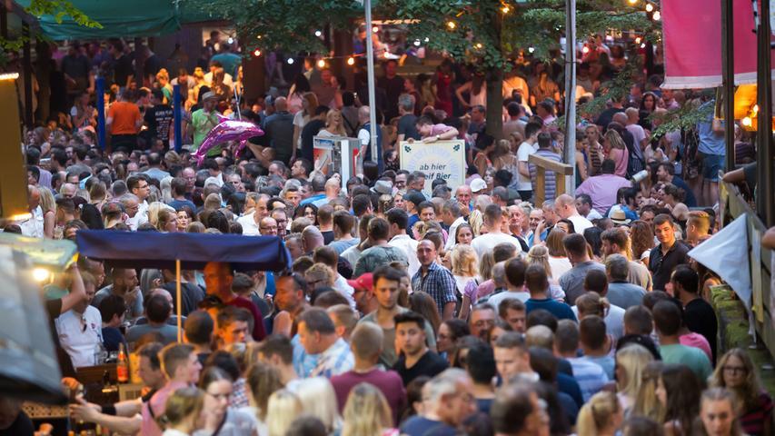 Bis zu einer halben Million Menschen besuchen jedes Jahr das Annafest. Für die Stadt Forchheim fallen rund 100.000 Euro an Kosten für das Fest an, zum Beispiel durch Werbung, Baumpflege und Aufräumarbeiten. Weitere Fakten zum Annafest finden Sie hier.