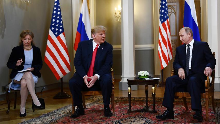 Fast zwei Stunden sprachen Donald Trump und Wladimir Putin unter vier Augen, als sie sich im vorigen Juli in Helsinki begegneten. Man habe eine Reihe mündlicher Abmachungen getroffen, ließ der Kreml hinterher wissen. Bei den Amerikanern allerdings wusste bis auf den eigenen Präsidenten niemand zu sagen, ob das mit den Absprachen stimmte. Abgesehen von Trump gibt es nur eine, die in der Lage wäre, Auskunft zu geben: die Dolmetscherin Marina Gross. Bei einem ersten Treffen Trumps mit Putin mussten die Dolmetscher jedoch angeblich die Gesprächsnotizen aushändigen, zudem verdonnerte der Präsident seinen Außenmminister zum Stillschweigen. Nun wollen die Demokraten, die im Repräsentantenhaus inzwischen die Mehrheit haben, für Aufklärung sorgen.
