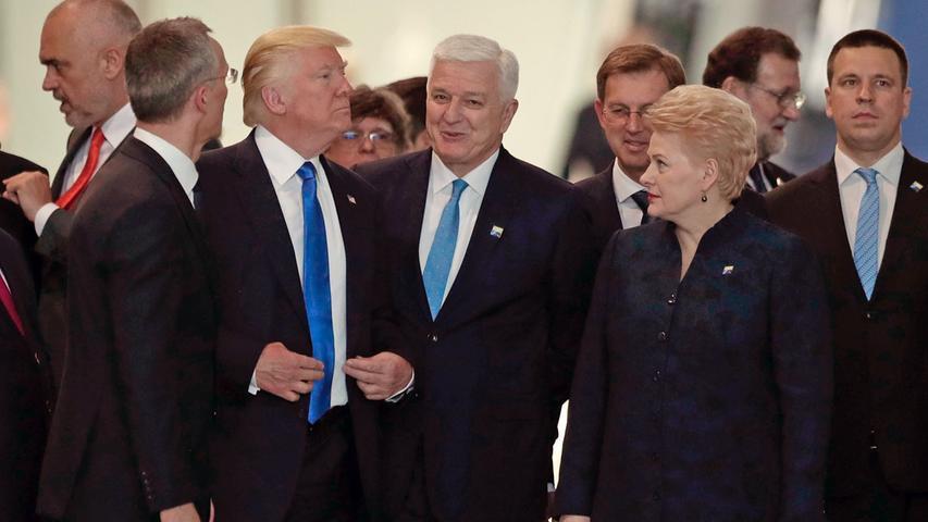 Eine denkwürdige Szene spielte sich am 25. Mai 2017 auf dem NATO-Gipfel in Brüssel ab: Donald Trump schob Montenegros Premierminister Dusko Markovic (Mitte)ziemlich unsanft zur Seite, um sich dann mit selbstzufriedenem Gesichtsausdruck den Fotografen zuzuwenden. Auch sonst gab Trump sich ziemlich grob und forderte die Nato-Partner verärgert auf, endlich auf das 2014 beschlossenen Niveau von zwei Prozent des Bruttoinlandsprodukts anzuheben - am besten sofort.