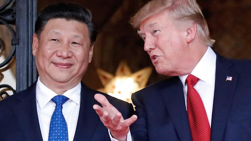 Auch den chinesischen Staatschef Xi Jinping empfing Donald Trump in seinem Anwesen Mar-a-Lago, um mit ihm über Weltpolitik zu reden. Zuvor hatte Trump China wegen seiner Handelspolitik mehrfach als unfair gescholten. Doch das Treffen in Florida verlief sehr harmonisch. Noch eine Besonderheit: Beim Verspeisen von Schokoladenkuchen mit Xi Jinping gab Trump den Befehl zum Beschuss eines syrischen Luftwaffenstützpunktes - wie er selbst später stolz verkündete.