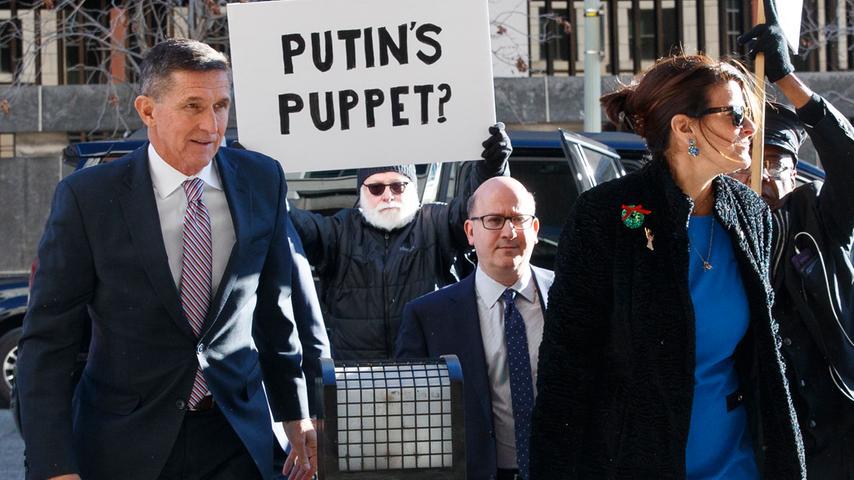 Von Anfang an war Donald Trumps Amtszeit überschattet von Vorwürfen unzulässiger Kontakte zu Russland. Schon Mitte Februar 2017 musste der Nationale Sicherheitsberater Michael Flynn deswegen sein Amt aufgeben. Er soll im Dezember, noch vor Trumps Amtseinführung, mit dem russischen Botschafter in den USA telefoniert haben. Bei der Unterhaltung mit Sergej Kisljak soll es auch um die unter Präsident Barack Obama zu der Zeit verhängten Sanktionen gegen Moskau gegangen sein. Flynn kooperierte mit den Ermittlern, um seine Strafe zu verringern. Das Urteil steht noch aus.