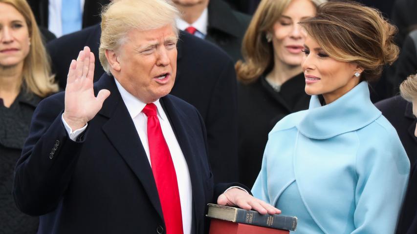 Am 20. Januar 2017 ist es so weit: Donald Trump legt neben Ehefrau Melania, die die Bibel in den Händen hält, den Amtseid als 45. Präsident der Vereinigten Staaten Amerikas ab. Doch schon die Rede, die Trump dann hält, gibt einen Vorgeschmack darauf, dass dieser Präsident anders sein wird als alle Vorgänger. Er zeichnet ein überaus düsteres Bild vom Zustand Amerikas. Trump will zwar die Macht den Bürgern zurückgeben, aber eben nur jenen, die seine Ziele unterstützen. Mit den Verbündeten verspricht er eng zusammenarbeiten, allerdings nur, wenn diese ihn in seinem Ziel unterstützen: