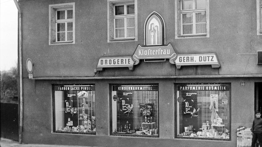 Viele alteingesessene Geschäfte sind heute aus dem Stadtbild verschwunden, so die Drogerie Dutz, die Ende 1968 ihr zehnjähriges Bestehen feiern konnte. Der gelernte Drogist Gerhard Dutz hatte das Geschäft in der Karmühle neben dem Textikhaus Gebhart 1958 gekauft. Er bot dort zusammen mit seiner Frau nicht nur ein großes Sortiment von Kosmetikartikeln über Farben und Lacke bis hin zu Schädlingsbekämpfungsmittel an, vielmehr legte er stets auch großes Augenmerk auf die kostenlose Beratung seiner Kunden. Weil viele von ihnen in der Lohe-Siedlung wohnten, eröffnete er dort im Januar 1968 zudem eine Filiale am Lohe-Platz. Heute ist das Geschäft Geschichte.