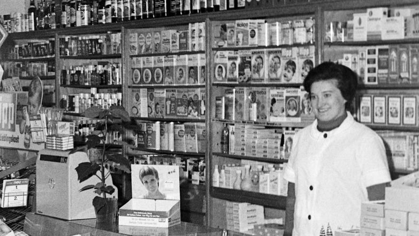 Viele alteingesessene Geschäfte sind heute aus dem Stadtbild verschwunden, so die Drogerie Dutz, die Ende 1968 ihr zehnjähriges Bestehen feiern konnte. Der gelernte Drogist Gerhard Dutz hatte das Geschäft in der Karmühle neben dem Textikhaus Gebhart 1958 gekauft. Er bot dort zusammen mit seiner Frau (Bild) nicht nur ein großes Sortiment von Kosmetikartikeln über Farben und Lacke bis hin zu Schädlingsbekämpfungsmittel an, vielmehr legte er stets auch großes Augenmerk auf die kostenlose Beratung seiner Kunden. Weil viele von ihnen in der Lohe-Siedlung wohnten, eröffnete er dort im Januar 19968 zudem eine Filiale am Lohe-Platz. Heute ist das Geschäft Geschichte.