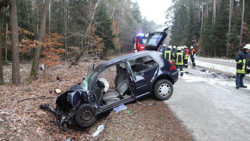 . Zu einem Verkehrsunfall kam es am Sonntagvormittag (20.01.2019) zwischen dem Ansbacher Ortsteil Kammerforst und dem Weihenzeller Ortsteil Grüb (Landkreis Ansbach). Eine Golf-Fahrerin kam nach bislang unbestätigten Angaben nach in einer leichten Kurve ins Bankett. Nach einem Gegenlenkversuch schleuderte der Golf auf die andere Fahrbahnseite. Der entgegenkommende Audi versuchte noch durch eine Vollbremsung den Zusammenprall zu verhindern, jedoch blieb das Bremsmanöver erfolglos.. Die Wucht des Aufpralls war so stark, dass nicht nur beide Wagen abseits der Straße landeten, sondern auch der Motorblock des VW herausgeschleudert wurde und rund zehn Meter entfernt liegenblieb. Nach ersten Angaben vom Unfallort wurden drei Personen verletzt. Die Fahrerin des VW schwebt nach der Befreiung durch die Feuerwehr aktuell in Lebensgefahr, während die beiden Insassen des Audi mittelschwere Verletzungen davon trug. Ein Rettungshubschrauber, zwei Rettungswagen und ein bodengebundener Notarzt waren im Einsatz, ebenso wie die Feuerwehr. Auf Anforderung der Staatsanwaltschaft kam ein Gutachter an die Einsatzstelle. Redaktioneller Hinweis: Angehörigenverständigung noch nicht erfolgt. Veröffentlichung erst nach Rücksprache mit der zuständigen Polizeiinspektion oder nach Aussendung des Presseberichts Foto: NEWS5 / Haag Weitere Informationen... https://www.news5.de/news/news/read/14779