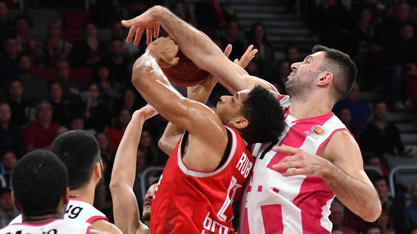20.01.2019 --- Basketball --- Saison 2018 2019 --- 1. Bundesliga easycredit BBL --- Pokal-Halbfinale: Brose Bamberg - Telekom Baskets Bonn --- Foto: Sport-/Pressefoto Wolfgang Zink / HMI --- .Augustine Rubit (21, Brose Bamberg) gegen Bojan Subotic (7, Telekom Baskets Bonn).......