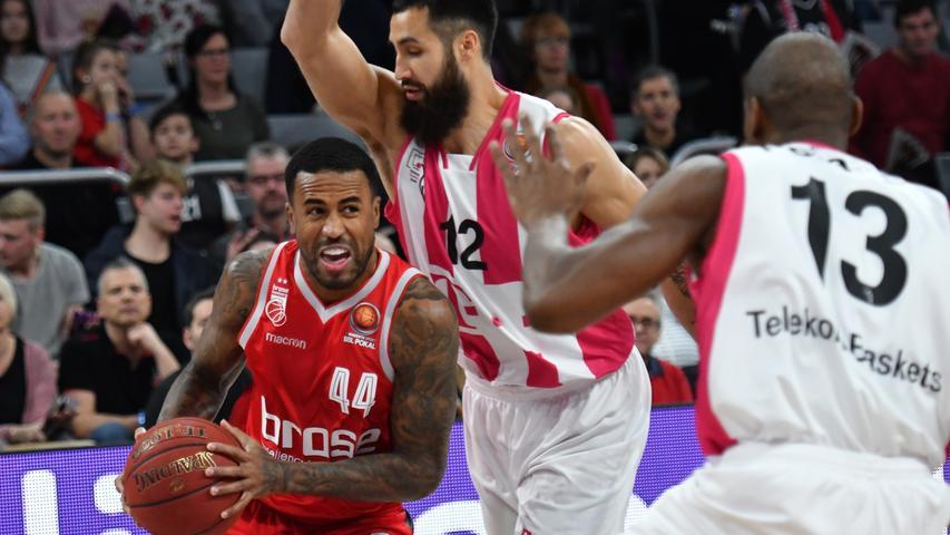20.01.2019 --- Basketball --- Saison 2018 2019 --- 1. Bundesliga easycredit BBL --- Pokal-Halbfinale: Brose Bamberg - Telekom Baskets Bonn --- Foto: Sport-/Pressefoto Wolfgang Zink / HMI --- .Bryce Taylor (44, Brose Bamberg) gegen Martin Breunig (12, Telekom Baskets Bonn) und Yorman Polas Bartolo (13, Telekom Baskets Bonn).......