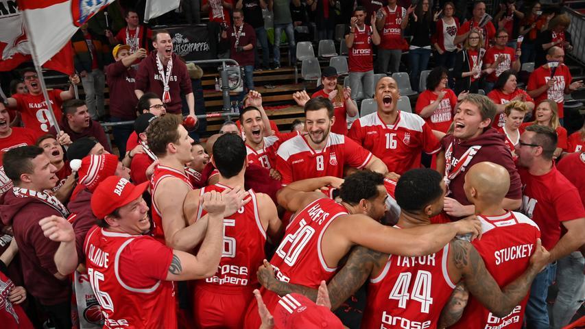 20.01.2019 --- Basketball --- Saison 2018 2019 --- 1. Bundesliga easycredit BBL --- Pokal-Halbfinale: Brose Bamberg - Telekom Baskets Bonn --- Foto: Sport-/Pressefoto Wolfgang Zink / HMI --- ..Bamberger Team feiert mit den Fans das Erreichen des Pokalfinales......
