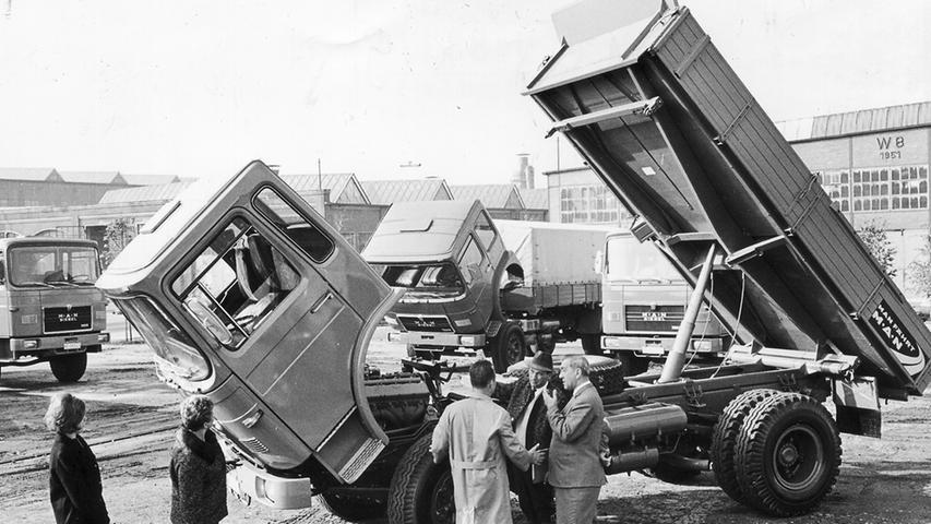 Auch die in Nürnberg ansässige Firma MAN präsentierte immer wieder ihre Produktpalette in der Noris. Hier ist die im Jahr 1967 nagelneue Generation Frontlenker-Lkw der Nürnberger Marke ausgestellt. Im Gegensatz zu Hauben-Lkw konnte das Fahrerhaus für Wartungs- und Reparaturarbeiten nach vorn gekippt werden - damals noch ein Novum. Mehr über Nürnberg als Standort der Lkw-Industrie lesen Sie hier.