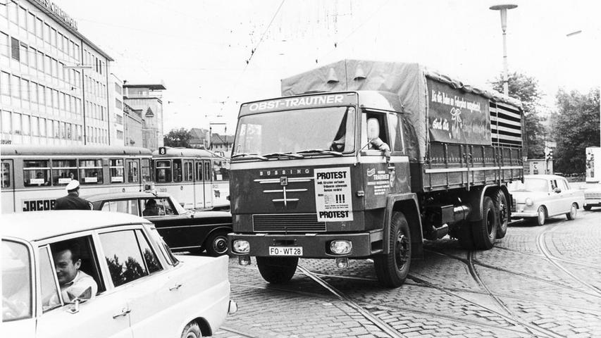 Obstbauern aus der Fränkischen Schweiz um Forchheim und Pretzfeld demonstrierten 1969 mit einem Konvoi durch Erlangen und Nürnberg gegen ein Fahrverbot. Hier kamen die Protestierer über den Rathenauplatz in Nürnberg. Mittig im Bild: Ein schwerer Pritschen-Lkw der Braunschweiger Marke Büssing. Mehr Bilder von den
