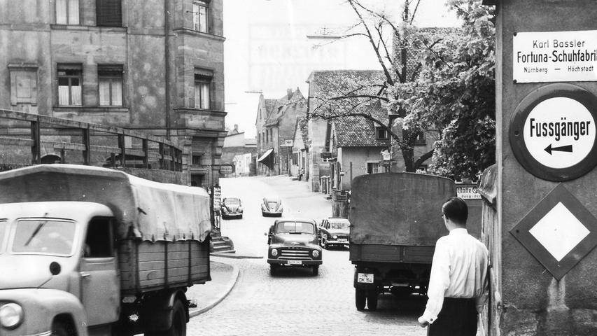 Auch in Mögeldorf war 1958 schon viel Verkehr, in der Bildmitte rumpelt ein Opel-Blitz-Lastwagen über das Pflaster.