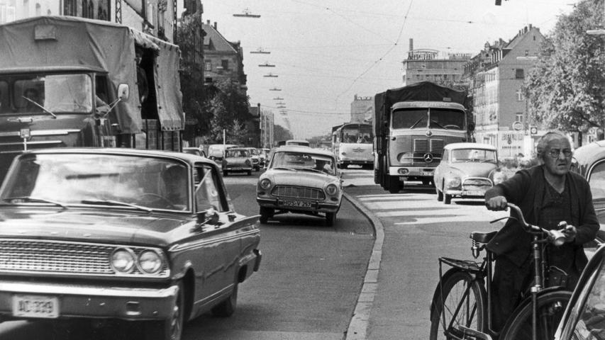 Busse, Lkw, Autos und Radfahrer teilen sich den Straßenraum in der Fürther Straße im September 1966. Sie interessieren sich für mehr historische Fotos aus Gostenhof? Hier sind sie zum Durchklicken.