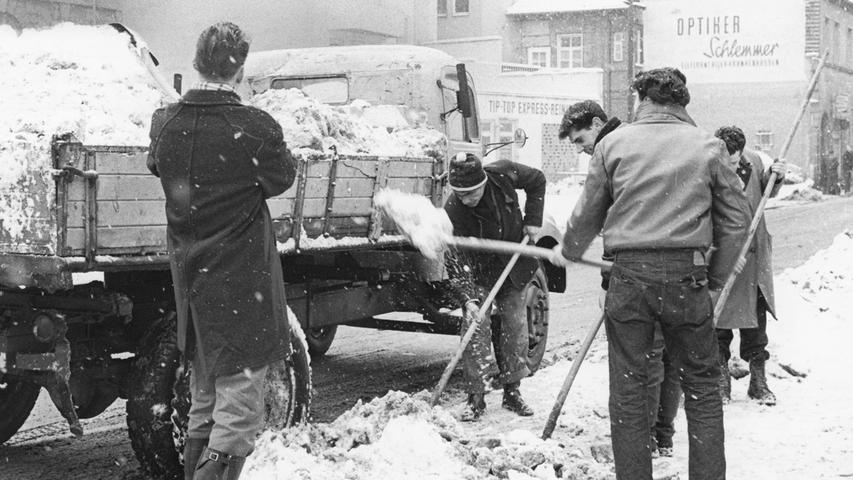 Ein bisschen mehr Hitze wäre diesen Herren wahrscheinlich ganz recht gewesen: Im Februar 1963 musste in der Altstadt kräftig geschaufelt werden, um Eis und Schnee wieder loszuwerden, so wie hier in der Karl-Grillenberger-Straße. Bilder von den härtesten Wintern in Nürnberg haben wir hier zusammengestellt.
