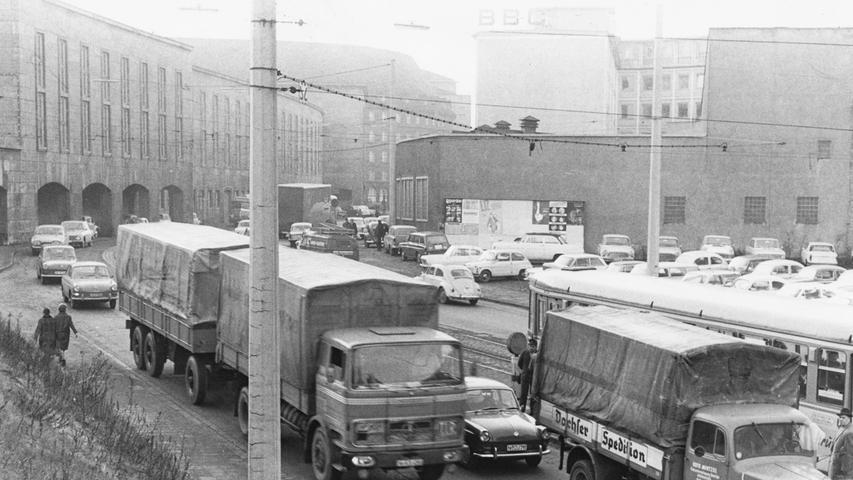 Vor dem Paketpostamt (links im Bild) war im Januar 1966 eine Menge los: Den engen Straßenraum mussten sich die Autofahrer mit schweren Lkw teilen.