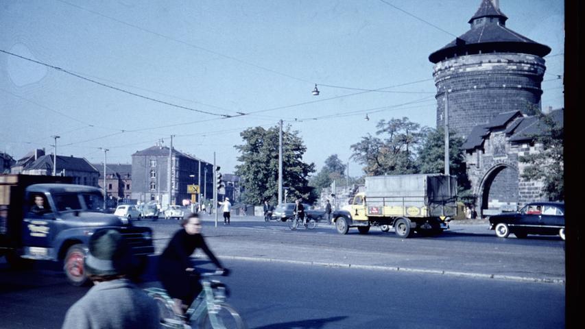 Auch am Ludwigstor ist heute noch mindestens genau so viel los, wie in der Zeit des Wirtschaftswunders, als dieses Bild entstand. Links kommt ein damals weit verbreiteter Lastwagen vom Typ Hanomag L28 ins Bild.