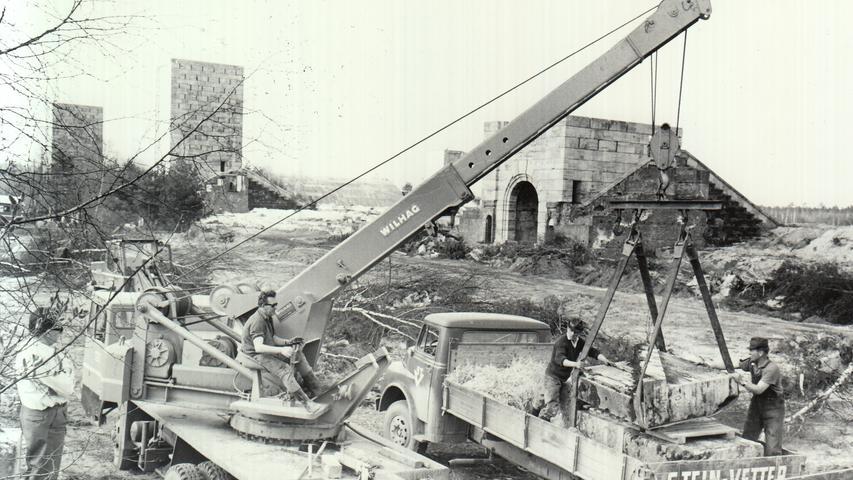1966 brachte eine Sprengladung am Nürnberger Märzfeld einen Turm zu Fall. Ein schwerer Autokran hob die Trümmer auf Lastwagen.