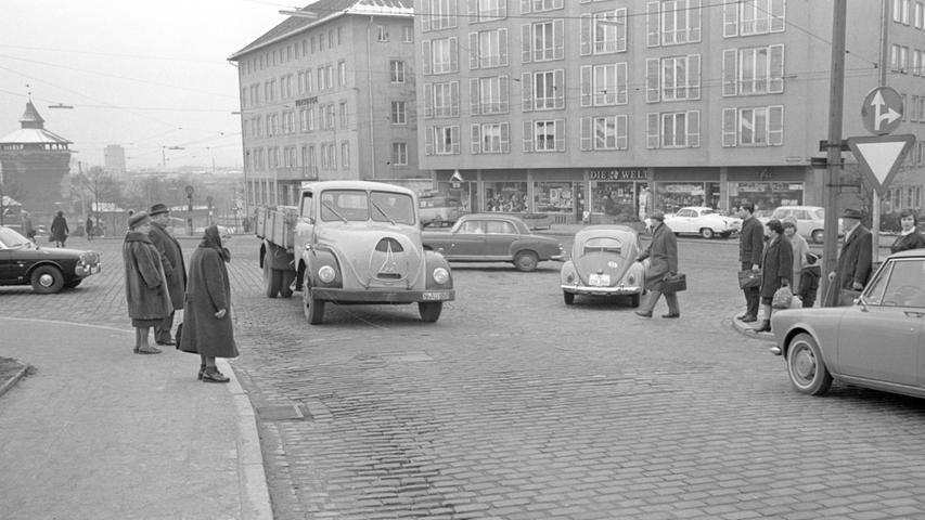 Wo noch Lichtsignale fehlen, verwickelt sich häufig der Fahrzeugstrom. So lautete die Erkenntnis im Jahr 1965 bezüglich der Verkehrsführung am Tiergärtnertor. Zum Straßenbild gehörten damals auch noch die Rundhauben-Lastwagen von Magirus-Deutz, die heute begehrte Sammlerstücke sind.