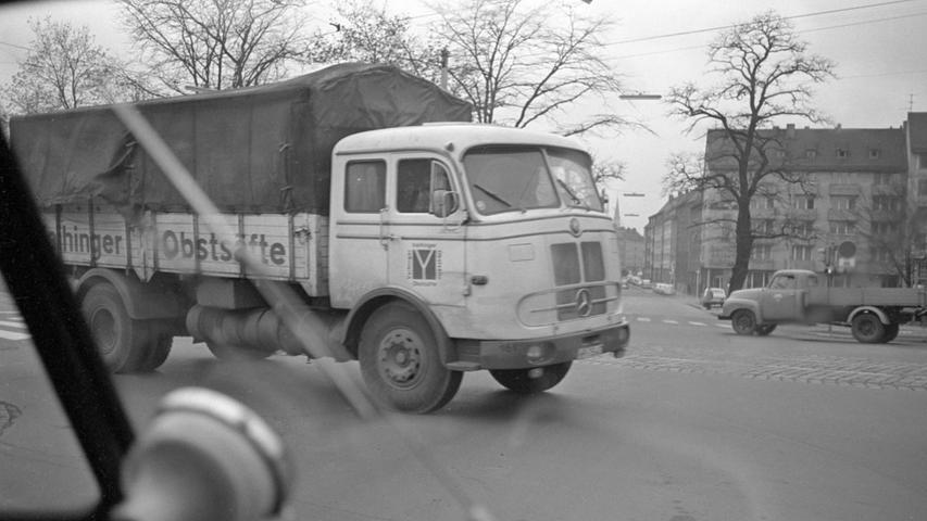Obstsäfte transportierte dieser schwere Lastwagen von Mercedes-Benz, der im November 1966 bei der zügigen Überquerung einer Kreuzung abgelichtet wurde.