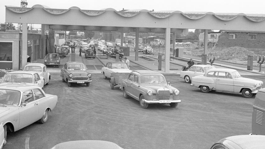 Lebhaft ging es 1966 auf dem neuen Gelände des TÜV in der Großreuther Edisonstraße zu. Links im Bild: Die drei Prüfgassen für Pkw, rechts die für Lastwagen. Der Ponton-Mercedes in der Bildmitte scheint die Prüfung erfolgreich absolviert zu haben.