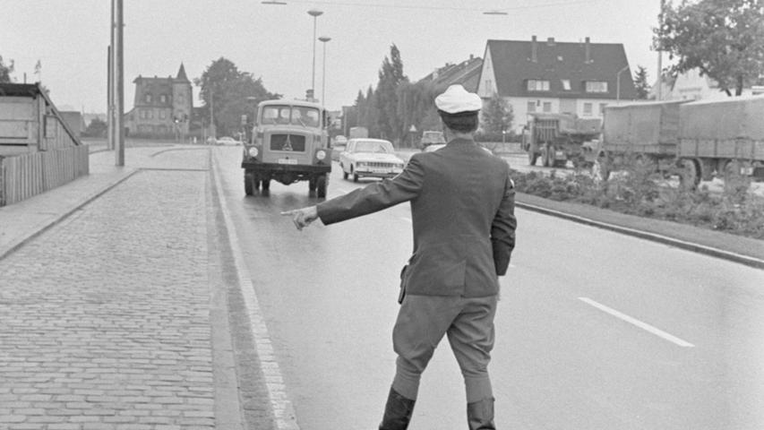 Nicht nur Autofahrer wurden schon in den 1960er-Jahren von der Polizei kontrolliert: Hier winkt ein Polizist einen Eckhauben-Lkw der Marke Magirus-Deutz an den Straßenrand.