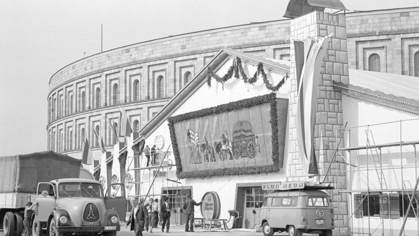 Besonders nostalgisch mutet dieses Motiv vom Volksfestplatz aus den 1960er-Jahren an. Links im Bild: Ein Rundhauben-Lkw von Magirus-Deutz, der gerade vor dem Festzelt angekommen ist. Was im Hintergrund aussieht wie ein VW