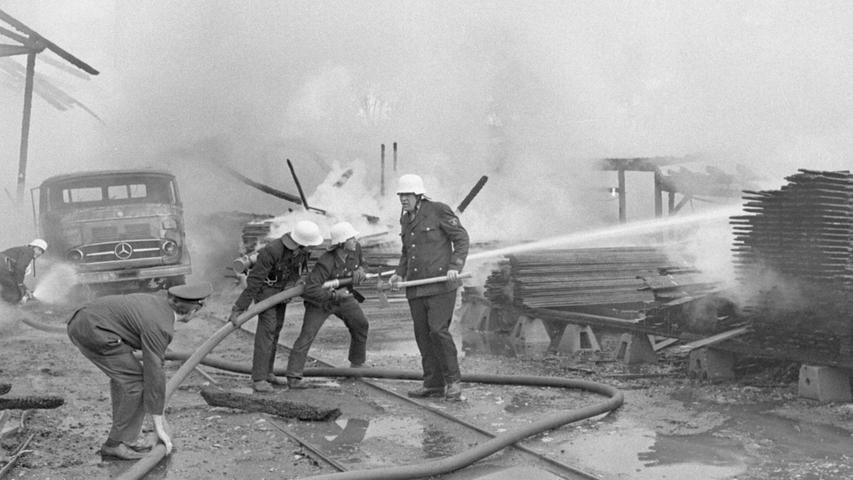 Zu einem Großbrand kam es im Juni 1968 in einer Holzhandlung an der Äußeren Bayreuther Straße. Im Hintergrund ist ein ausgebrannter Lkw der Marke Mercedes-Benz zu sehen.