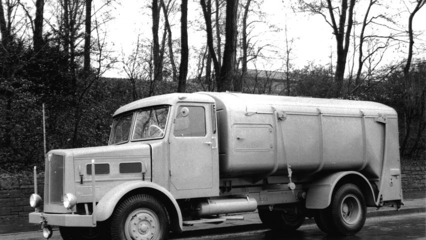 Im Fuhrpark des Nürnberger Stadtreinigungsamtes befand sich bis in die 1960er-Jahre eine stattliche Anzahl an FAUN-Lastwagen so wie dieses Müllauto. Auch die Firma FAUN war einst in Nürnberg ansässig. Mehr über Nürnberg als Standort der Lkw-Industrie lesen Sie hier.