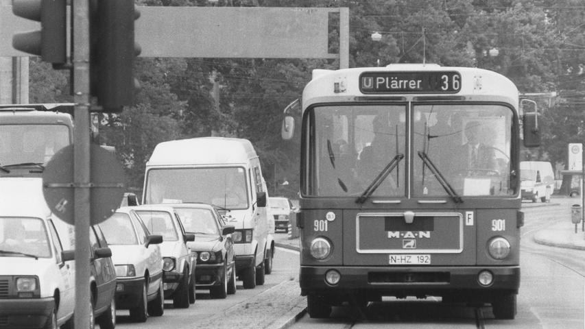 Freie Fahrt für Busse hieß es Ende der 1980er-Jahre auch zwischen Hallertor und Plärrer. Hier ist ein Bus der ersten Generation des sogenannten