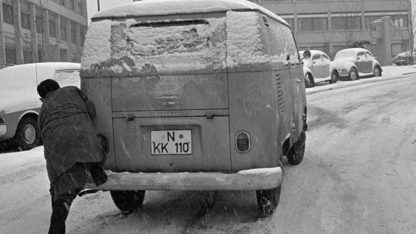 Wer sein Auto  (oder auch seinen VW T1) liebt, der schiebt. Das galt auch schon im Dezember 1967, als ohne Winterreifen nicht mehr viel ging.