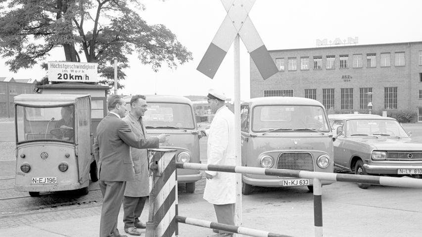 Im Kleinbus durch das Nürnberger MAN-Werk: Ein Anruf genügte im Juli 1966 und schon kam einer der hier gezeigten Funkwagen, der seine Fahrgäste vor dem Werk einsammelte.