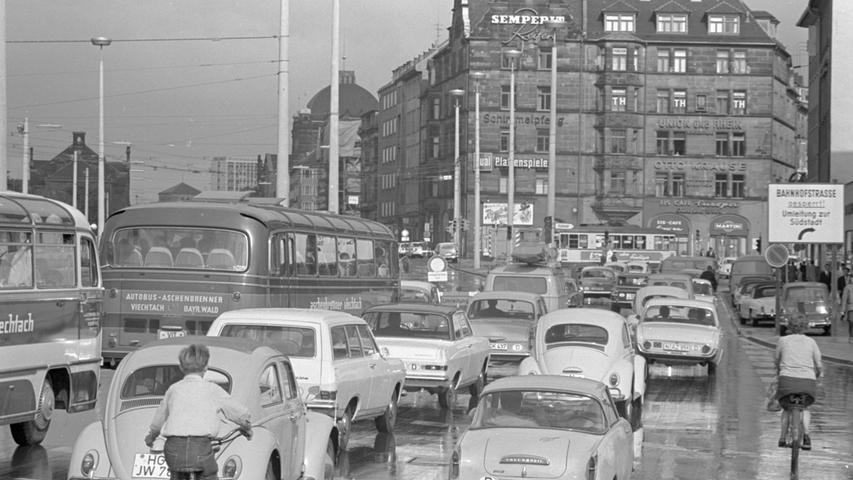 Diese Art Fotos nennt man zu Recht ein Wimmelbild: Historische Straßenszene zwischen Plärrer und Steinbühler Straße aus dem Jahr 1966. Hier ist neben VW, Opel und Ford ein rares Goggomobil Coupé (vorne rechts) zu sehen.