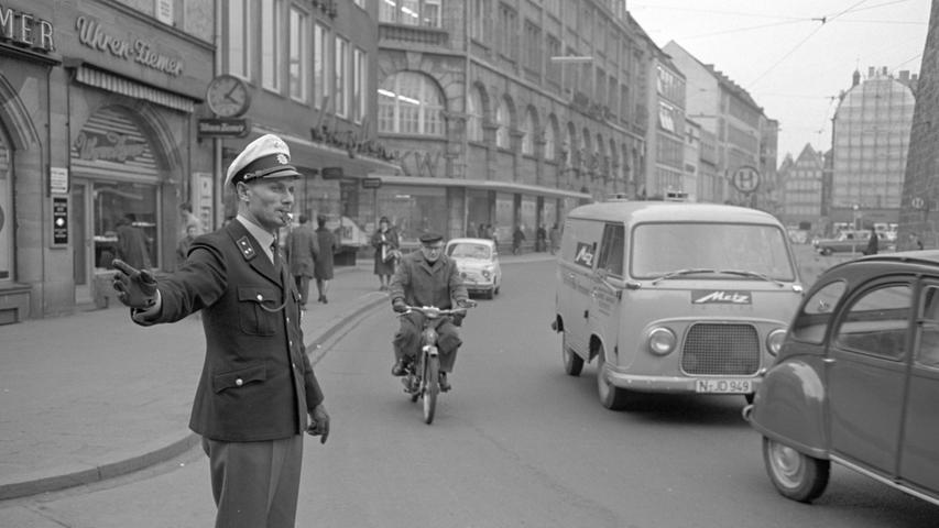 Nicht nur Nürnberger Polizisten taten in der Noris Dienst: Wie dieses Foto von 1966 zeigt, halfen in Nürnberg auch Beamte aus Berlin aus, hier in der Karolinenstraße. Rechts im Bild: Die erste Generation des Ford Transit hinter einem Citroën 2CV, besser bekannt unter dem Kosenamen