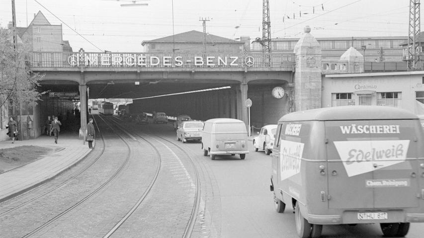 Damit sich Eisenbahn und Autoverkehr nicht in die Quere kamen, wurden Unterführungen gebaut - so wie hier der Allersberger Tunnel. Mehr Bilder zum Nürnberger Hauptbahnhof im Wandel der Zeit finden Sie hier. Den Vordergrund dieser Straßenszene dominieren Kleintransporter wie ein VW