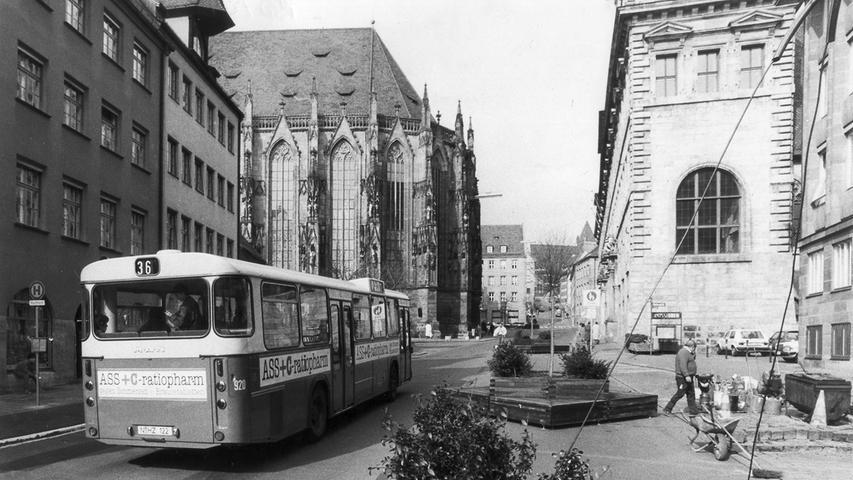 Der Rathausplatz Ende der 1980er-Jahre: Nur Bussen und Polizeifahrzeugen war hier die Durchfahrt gestattet.