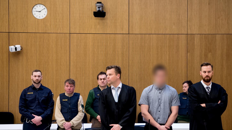 München: Der Angeklagte Philipp K. (mitte) steht zusammen mit seinen Anwälten David Mühlberger (rechts) und Sascha Marks im Verhandlungssaal des Landgerichts.