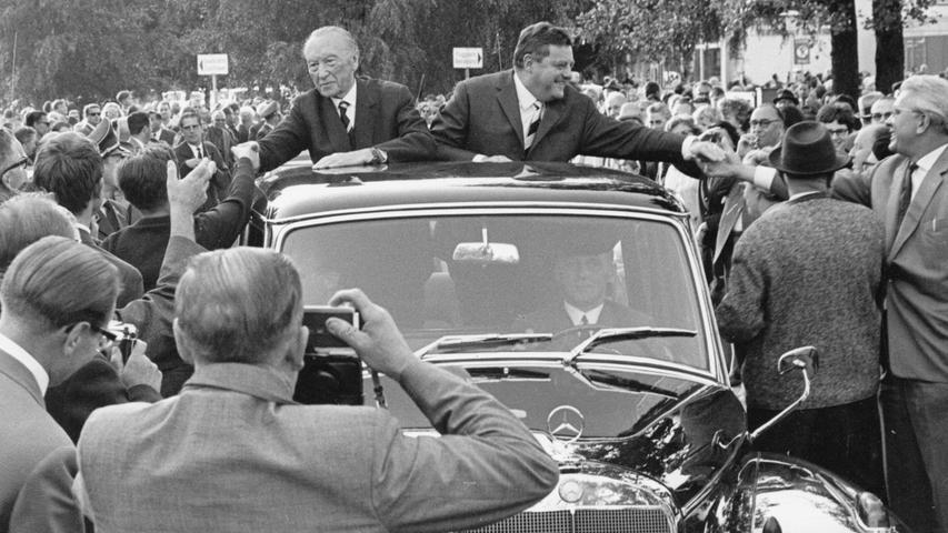 Hoher Besuch kam 1965 nach Nürnberg: Bundeskanzler Konrad Adenauer fuhr im offenen Mercedes durch die Stadt. Neben ihm (rechts im Bild): Franz-Josef Strauß. 10 Zitate von Strauß, die bis heute im Gedächtnis geblieben sind, finden Sie hier.