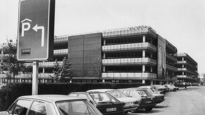 Ende der 1980er-Jahre wurde dieses Parkhaus am Nürnberger Flughafen eröffnet. Es hatte 1000 PKW-Plätze und verfügte als erstes Parkhaus in Deutschland über eine Ultraschall-Einzelplatzkontrolle. Mehr Bilder aus der Geschichte des Nürnberger Flughafens seit 1955 haben wir hier zusammengestellt. Ganz vorne im Bild: Mit dem VW Golf der ersten Generation eines der Lieblingsautos der Deutschen.
