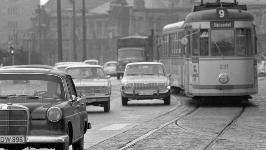 Auch in den 1960er-Jahren waren die Straßen (hier vor dem Hauptbahnhof) schon voll. Hier treffen ein Mercedes-Benz der Baureihe 110 (liebevoll