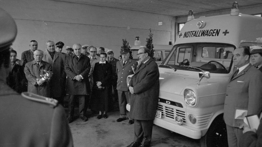 Für 40.000 DM schaffte das Rote Kreuz in den 1960er-Jahren einen Krankenwagen vom Typ Ford Transit an (rechts im Bild). Eine Galereie der schönsten Blaulicht-Oldtimer der Region finden Sie hier.