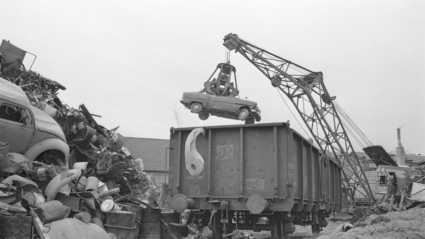 Nicht jedes alte Auto endet als gehätschelter Oldtimer in Sammlerhand: Dieses Foto aus dem Jahre 1964 zeigt die Verschrottung alter Autos und ihre Verladung auf einen Bahnwaggon.