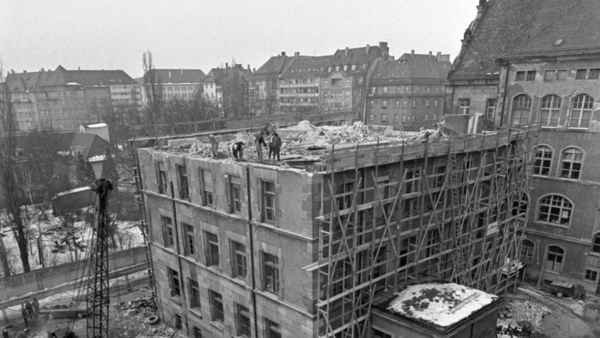 Unser Bild zeigt den alten Chemiebau unter der Spitzhacke. Links angeschnitten die Mensa. Rechts oben der Altbau, dessen Fassade ebenfalls niedergerissen wird.Hier geht es zum Kalenderblatt vom 23. Januar 1969: Chemiebau verschwindet.